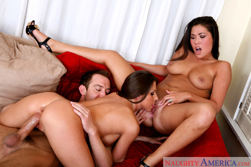 Porn star London Keyes & Rachel Roxxx giving a blowjob